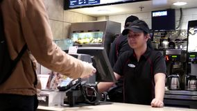 Κίνηση των ανθρώπων που διατάζουν τα τρόφιμα και που πληρώνουν την πιστωτική κάρτα φιλμ μικρού μήκους