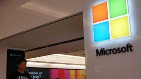 Κίνηση των ανθρώπων που κοιτάζουν βιαστικά στο κατάστημα της Microsoft μέσα στη λεωφόρο αγορών Burnaby απόθεμα βίντεο