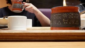 Κίνηση των ανθρώπων που πίνουν το καυτό τσάι μέσα στο ιαπωνικό εστιατόριο απόθεμα βίντεο