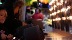 Κίνηση των ανθρώπων που παίζουν whack το παιχνίδι στις διασκεδάσεις καρναβάλι δυτικών ακτών απόθεμα βίντεο