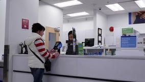 Κίνηση των ανθρώπων που περιμένουν να πάρει την ιατρική τους στο τμήμα φαρμακείων απόθεμα βίντεο