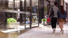 Κίνηση των ανθρώπων που περπατούν μέσα έξω από τη κυρία είσοδος απόθεμα βίντεο