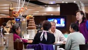 Κίνηση των ανθρώπων που τρώνε τα τρόφιμα με την οικογένεια μέσα στο εστιατόριο απόθεμα βίντεο
