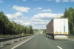 Κίνηση των αυτοκινήτων στις λωρίδες ταχείας κυκλοφορίας Στοκ φωτογραφία με δικαίωμα ελεύθερης χρήσης