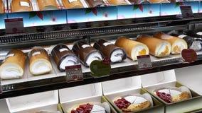 Κίνηση των κέικ επίδειξης για την πώληση μέσα στη λεωφόρο αγορών απόθεμα βίντεο