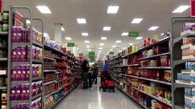 Κίνηση των τροφίμων αγοράς πελατών popcorn και καραμελών στο διάδρομο απόθεμα βίντεο