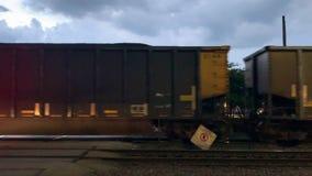 Κίνηση των φέρνοντας περασμάτων φορτίου φορτηγών τρένων μέσω του σταθμού τρένου που διασχίζει σε Ardmore Ave απόθεμα βίντεο