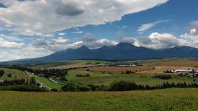 Κίνηση των χνουδωτών σύννεφων πέρα από τα υψηλά βουνά Tatras στη Σλοβακία φιλμ μικρού μήκους