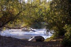 Κίνδυνος - αυτοκίνητο που συντρίβει στη λίμνη νερού, ημισυμπαγής βάρκα στοκ εικόνα