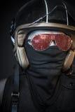Κίνδυνος, δολοφόνος με το κράνος μοτοσικλετών και πυροβόλα όπλα Στοκ φωτογραφία με δικαίωμα ελεύθερης χρήσης