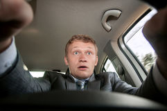 Κίνδυνος στο δρόμο, η φοβησμένη οδηγός συνεδρίαση πίσω από τη ρόδα Στοκ φωτογραφίες με δικαίωμα ελεύθερης χρήσης