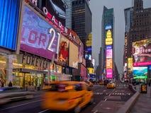Κίτρινα αμάξια πόλεων της Υόρκης, Times Square Στοκ φωτογραφία με δικαίωμα ελεύθερης χρήσης