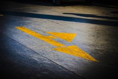 Κίτρινα βέλη που παρουσιάζουν κατευθύνσεις στην οδό στοκ φωτογραφίες με δικαίωμα ελεύθερης χρήσης
