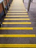 Κίτρινα βήματα που πηγαίνουν κάτω - πρόληψη ατυχήματος στοκ εικόνες