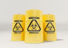 Κίτρινα βαρέλια μετάλλων με το μαύρο προειδοποιητικό σημάδι biohazard στο άσπρο υπόβαθρο Στοκ Εικόνα