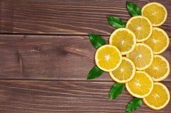 Κίτρινα γλυκά ioranges Cutted στον πίνακα Στοκ Εικόνα