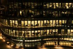 Κίτρινα ελαφριά παράθυρα ενός κτιρίου γραφείων τη νύχτα στη Βοστώνη αργά - νύχτα στην εργασία κτίριο γραφείων τοίχων κουρτινών γυ Στοκ φωτογραφία με δικαίωμα ελεύθερης χρήσης