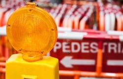 Κίτρινα εμπόδια οδών προειδοποίησης ελαφριά και κόκκινα Στοκ Φωτογραφία