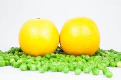 Κίτρινα λεμόνι και μπιζέλια Στοκ φωτογραφία με δικαίωμα ελεύθερης χρήσης