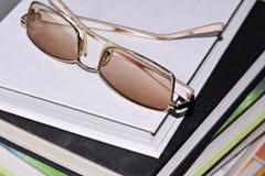 Κίτρινα επίχρυσα γυαλιά Στοκ φωτογραφία με δικαίωμα ελεύθερης χρήσης