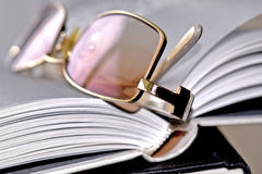 Κίτρινα επίχρυσα γυαλιά Στοκ φωτογραφίες με δικαίωμα ελεύθερης χρήσης