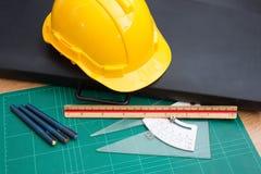 Κίτρινα εργαλεία καπέλων και σχεδίων κρανών ασφάλειας Στοκ Εικόνες