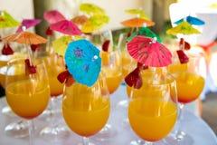 Κίτρινα ευπρόσδεκτα ποτά κοκτέιλ με τις ομπρέλες στοκ φωτογραφία με δικαίωμα ελεύθερης χρήσης