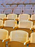 Κίτρινα καθίσματα πριν από το αθλητικό θέαμα Στοκ φωτογραφίες με δικαίωμα ελεύθερης χρήσης