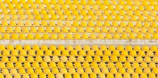 Κίτρινα καθίσματα στην εξέδρα Στοκ εικόνα με δικαίωμα ελεύθερης χρήσης