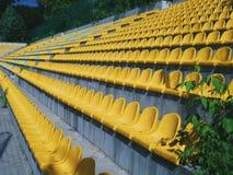 Κίτρινα καθίσματα στο γήπεδο ποδοσφαίρου Στοκ φωτογραφία με δικαίωμα ελεύθερης χρήσης