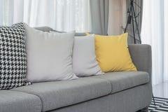 Κίτρινα και γκρίζα μαξιλάρια στο σύγχρονο καναπέ Στοκ φωτογραφία με δικαίωμα ελεύθερης χρήσης