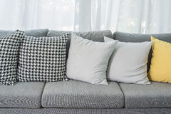Κίτρινα και γκρίζα μαξιλάρια στο σύγχρονο καναπέ Στοκ Εικόνες