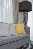 Κίτρινα και γκρίζα μαξιλάρια στο σύγχρονο καναπέ Στοκ εικόνα με δικαίωμα ελεύθερης χρήσης