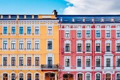 Κίτρινα και κόκκινα εκλεκτής ποιότητας σπίτια Στοκ Εικόνες