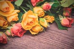 Κίτρινα και κόκκινα τριαντάφυλλα σε ένα ξύλινο υπόβαθρο Ημέρα Women s, Valen Στοκ Εικόνες