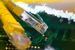 Κίτρινα καλώδια σύνδεσης στο Διαδίκτυο στον πίνακα κυκλωμάτων Στοκ φωτογραφίες με δικαίωμα ελεύθερης χρήσης