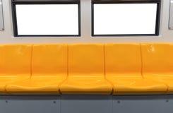 Κίτρινα καρέκλα και παράθυρα στο ηλεκτρικό τραίνο στοκ εικόνα με δικαίωμα ελεύθερης χρήσης