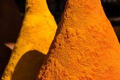 Κίτρινα καρυκεύματα κάρρυ για την πώληση στο παζάρι medina Στοκ φωτογραφίες με δικαίωμα ελεύθερης χρήσης