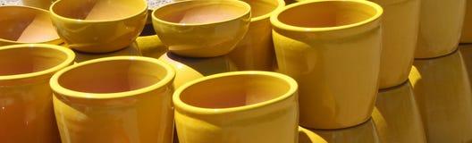 Κίτρινα κεραμικά δοχεία λουλουδιών Στοκ Εικόνες