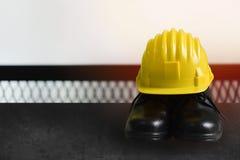 Κίτρινα κράνη και προστατευτικά δίοπτρα ασφάλειας για τα artisans στον πίνακα r Στοκ εικόνα με δικαίωμα ελεύθερης χρήσης