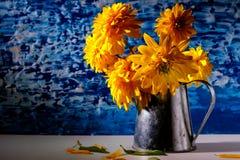 Κίτρινα λουλούδια στο εκλεκτής ποιότητας ξύλινο υπόβαθρο αγροτικός Στοκ Φωτογραφίες