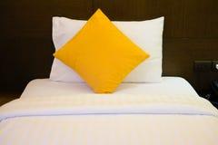 Κίτρινα μαξιλάρια στο άνετο κρεβάτι Στοκ εικόνα με δικαίωμα ελεύθερης χρήσης