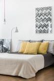 Κίτρινα μαξιλάρια στο κρεβάτι γάμου Στοκ εικόνα με δικαίωμα ελεύθερης χρήσης