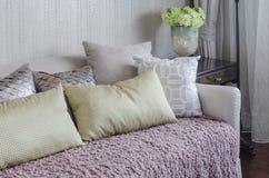 Κίτρινα μαξιλάρια στο ρόδινο κάλυμμα στον καναπέ πολυτέλειας στο καθιστικό Στοκ Εικόνες