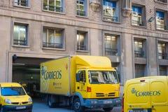 Κίτρινα μετα φορτηγά Correos στην οδό Baecelona, Ισπανία στοκ εικόνες