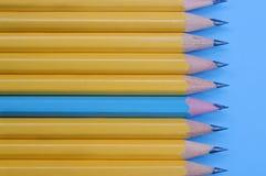 Κίτρινα μολύβια και ένα μπλε μολύβι στο μπλε υπόβαθρο τρισδιάστατη υψηλή προσωπικότητα έννοιας που δίνει τη διάλυση στοκ φωτογραφίες