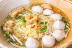 Κίτρινα νουντλς με τη σούπα στην Ταϊλάνδη Στοκ φωτογραφία με δικαίωμα ελεύθερης χρήσης