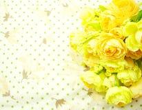 Κίτρινα λουλούδια ανθοδεσμών με το πράσινο υπόβαθρο σημείων Πόλκα Στοκ εικόνα με δικαίωμα ελεύθερης χρήσης