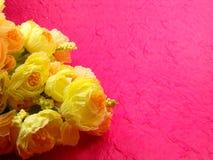 Κίτρινα λουλούδια ανθοδεσμών με το ρόδινο υπόβαθρο στοκ φωτογραφίες με δικαίωμα ελεύθερης χρήσης