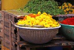 Κίτρινα λουλούδια για τα στεφάνια σε ένα καλάθι Ινδία Στοκ εικόνες με δικαίωμα ελεύθερης χρήσης